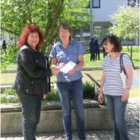 Übergabe des Erlöses vor dem Rathaus in Rednitzhembach