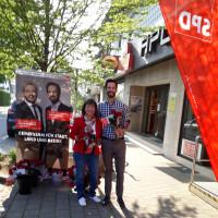 Bezirkstagskandidat Sven Ehrhardt verteilt mit Rednitzhembacher Ortsverein Rosen zum Muttertag